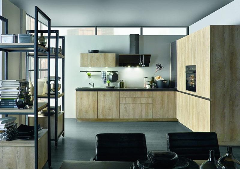 Cuisine en bois moderne naturelle et mélangée à l'aluminium noir