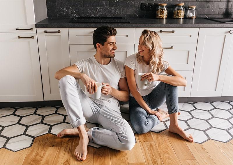Couple qui boit du thé dans sa cuisine