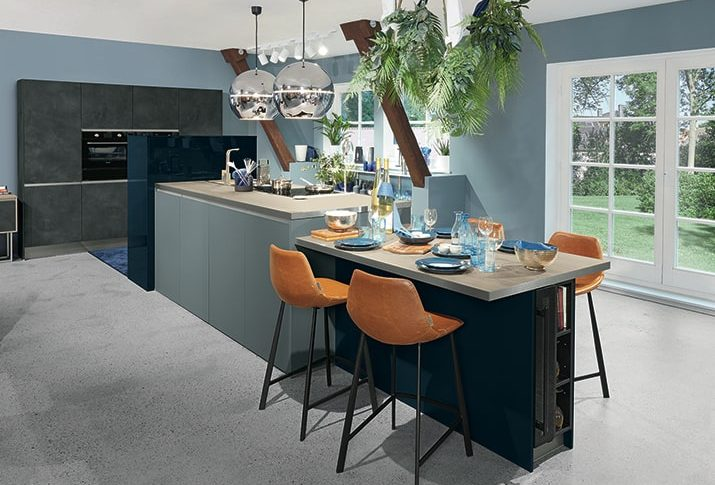 Cuisine contemporaine bleue et bois