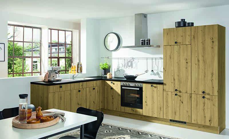 Cuisine en L en bois ouverte sur salle à manger