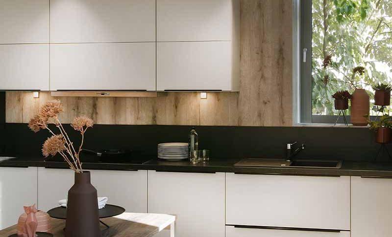 Cuisine sur-mesure design blanche et bois