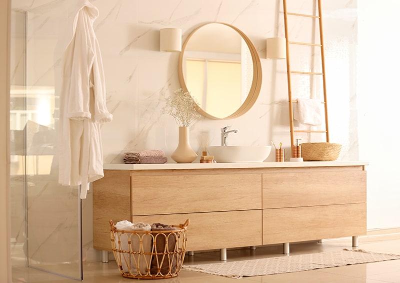 Salle de bain contemporaine spacieuse